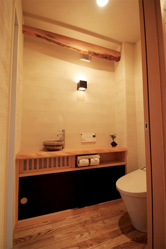木の家 自然素材 桧材一枚のトイレカウンター|丸高木材マルタカハウスの家