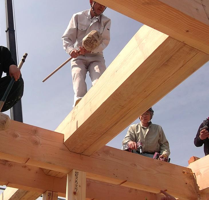 屋根を支える、床を支える、通し柱5寸角桧材|丸高木材マルタカハウスの家